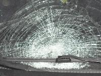 Шофьор на автомобил прати в канавка друг автомобил и избяга