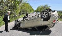 Кола се обърна по таван след сблъсък в каруца край Хасково