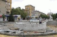 Деца обраха училището в Градец. Пиян потроши фонтан