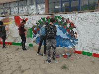"""Ученици творят до новите площадки за отдих в квартал """"Клуцохор"""" в Сливен"""