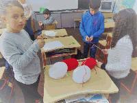 Ученици от Основното училище в село Роза майсторят мартеници