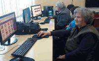 """Сливенската библиотека """"Зора"""" обучава възрастни хора на работа с компютър"""