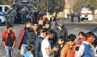 Задържаха мъж, укривал 18 бежанци