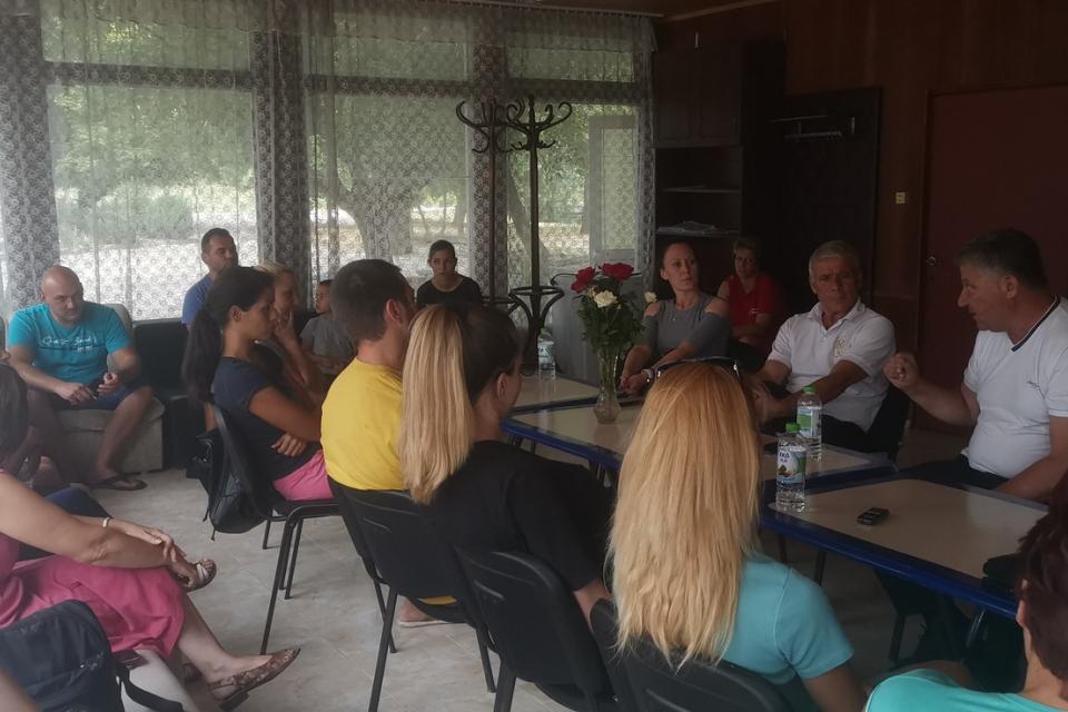 """За сформиране на допълнителна група с полудневна организация на учебния процес в с. Роза се разбраха родители с ръководството на община """"Тунджа"""" на проведената..."""