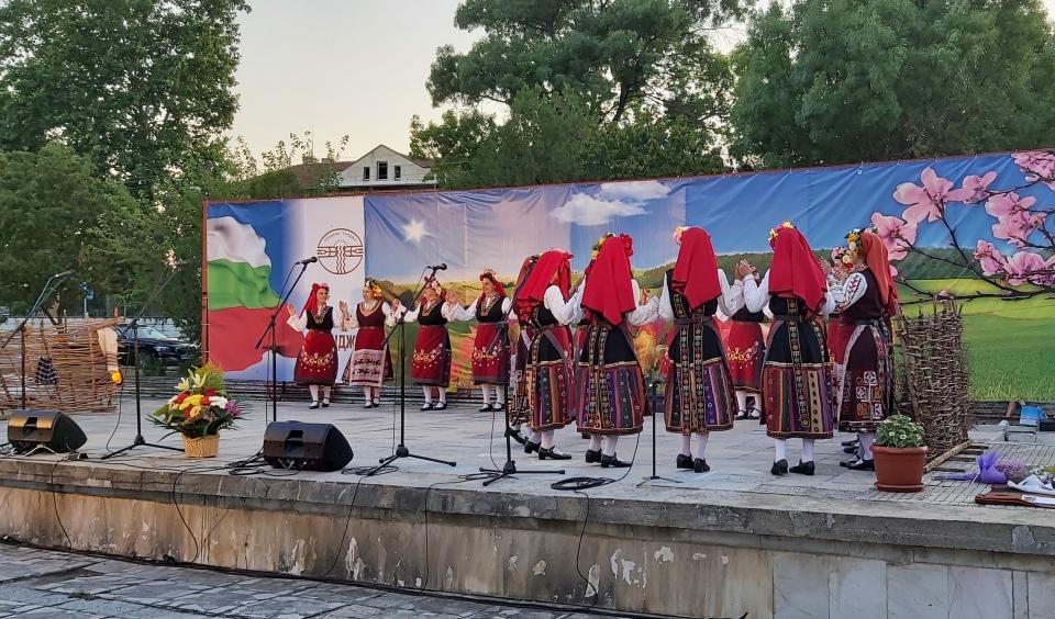 """На 18.07.2020 г., с празничен концерт бяха отбелязани 10 години от създаването на Танцов състав """"Усмивка"""" при Народно читалище """"Светлина-1929"""", село Роза,..."""
