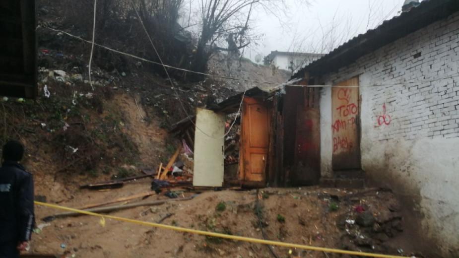 Свлачища затрупаха 11 души в Смолян, а продължаващите валежи усложняват обстановката в града и областта, съобщават от БНР. С най-голямо внимание са следят...
