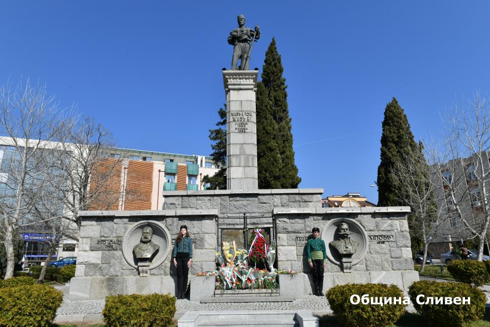 """Днес се навършват 143 години от Освобождението на България от османско иго. В Катедрален храм """"Свети Димитър"""" в Сливен бе отслужен благодарствен молебен..."""