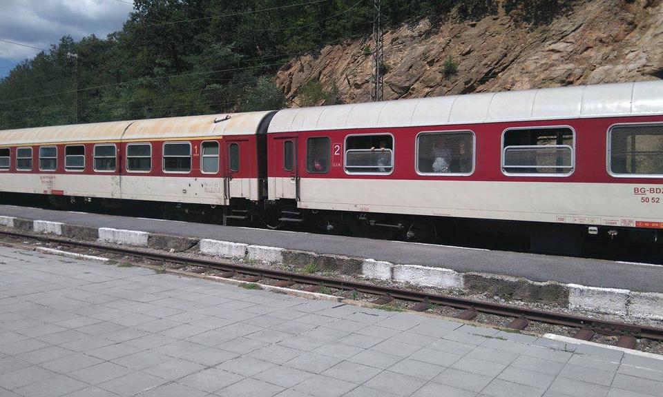 Момиче на 16 години е скочило от гаровия перон пред идваща влакова композиция на жп гарата в Септември,съобщи говорителят на ОДМВР - Пазарджик Мирослав...