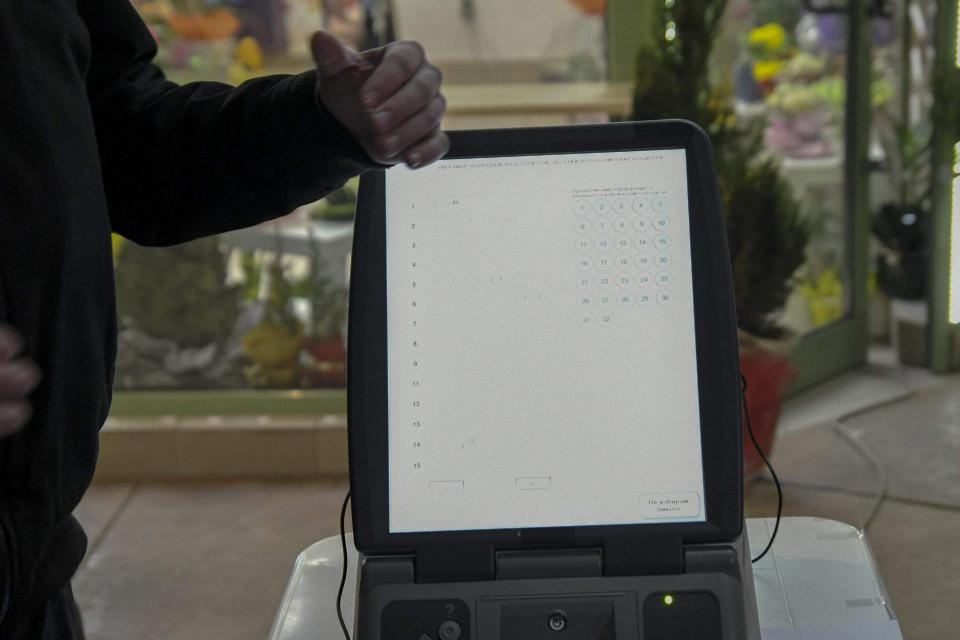 175 машини за гласуване трябва да бъдат доставени в област Ямбол за парламентарните избори, показа справка на 999 в решенията на ЦИК за секционните комисии. В...
