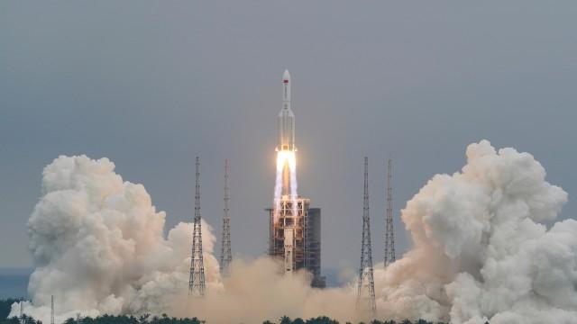 """Втората степен на ракетата-носител """"Чанчжън 5В"""" (Long March 5B), която изведе в орбита модул на китайската космическа станция, е прелетяла рано тази сутрин..."""