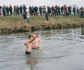 19-годишен извади кръста на Богоявление край Тенево (снимки)