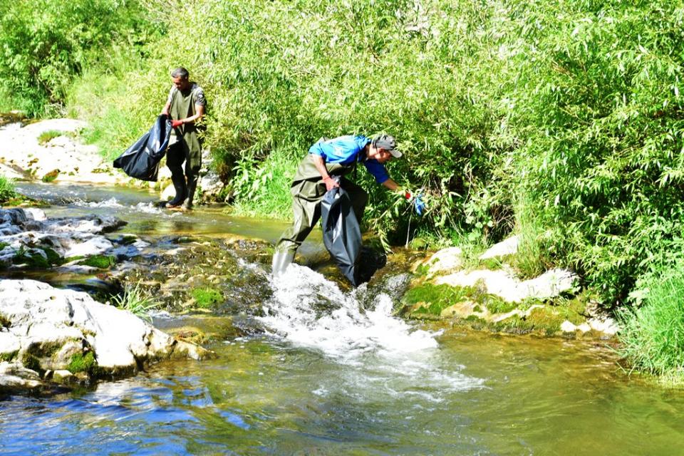 Над 200 доброволци от града се включиха в почистването на коритото на река Лева и прилежащите тревни площи. В началото на инициативата кметът Калин Каменов...