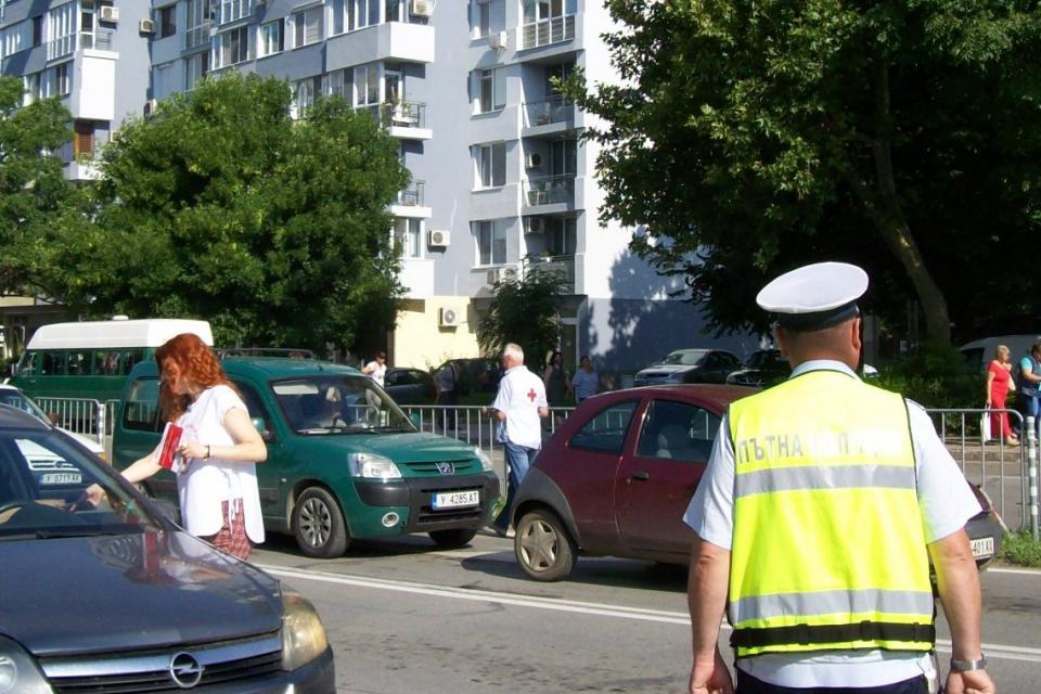 Само за час, над 300 пешеходци и водачи на моторни превозни средства в Ямбол получиха листовки за безопасност на движението. Съвместната превантивна инициатива...