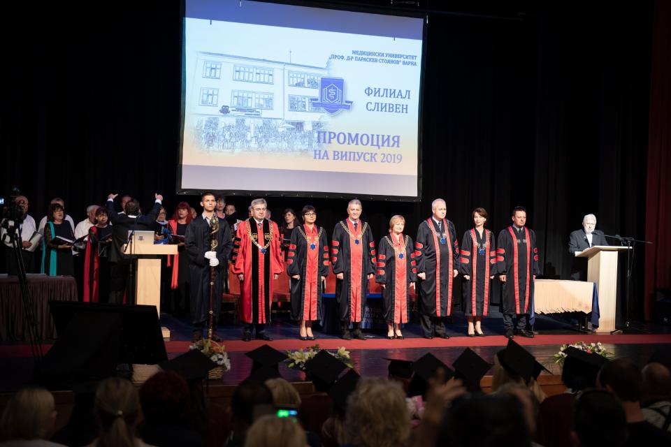 """На официална церемония на 28 септември, 34 абсолвенти на Филиал Сливен към Медицински университет – Варна получиха дипломите си за ,Медицинска сестра""""..."""