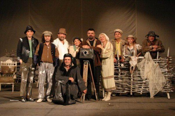 """След дълга раздяла с публиката Драматичен театър """"Невена Коканова"""" подновява редовните си живи срещи с публиката. Театралната зала отваря врати за да посрещне..."""