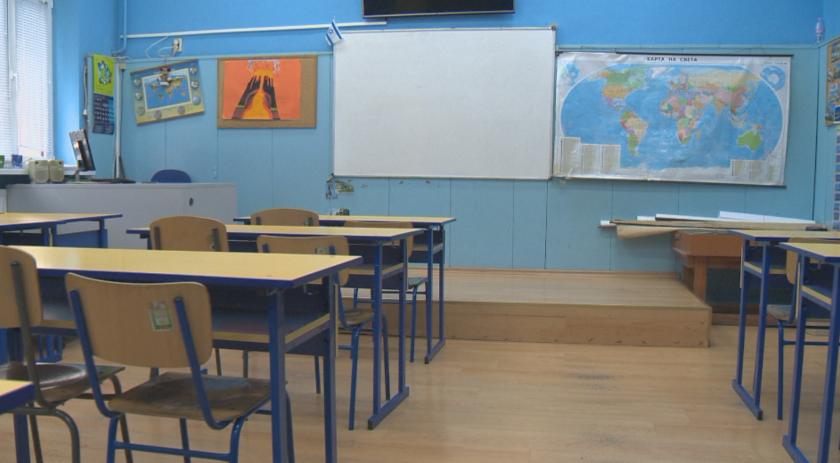 Учениците от 5-ти, 10-ти и 11-ти клас се връщат в класните стаи, а тези от 7-ми, 8-ми и 12-ти клас отново минават онлайн. Схемата ще остане в сила до 2-ри...