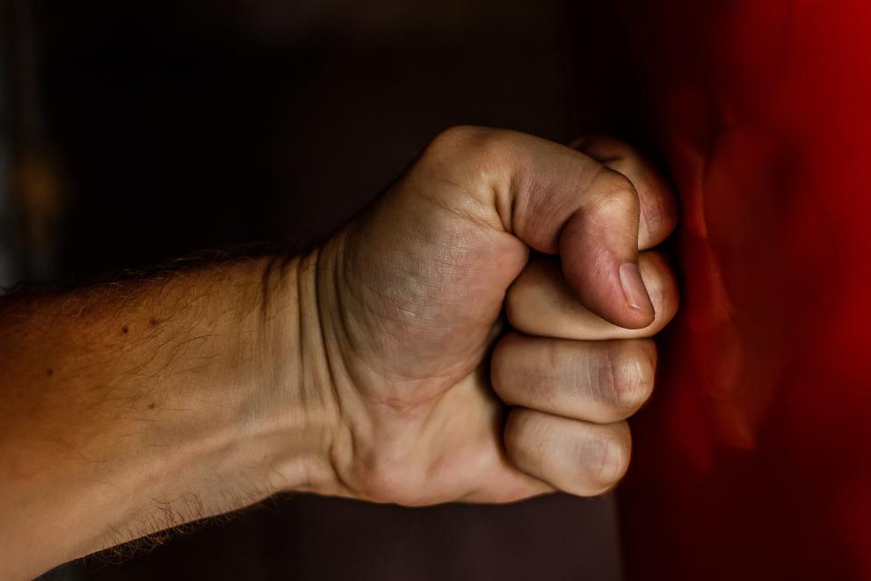 Двайсет дни, след като излезе от затвора - рецидивист преби и ограби жена на 91 години в Горна Оряховица. Инцидентът е от вторник, а извършителят -52-годишен...