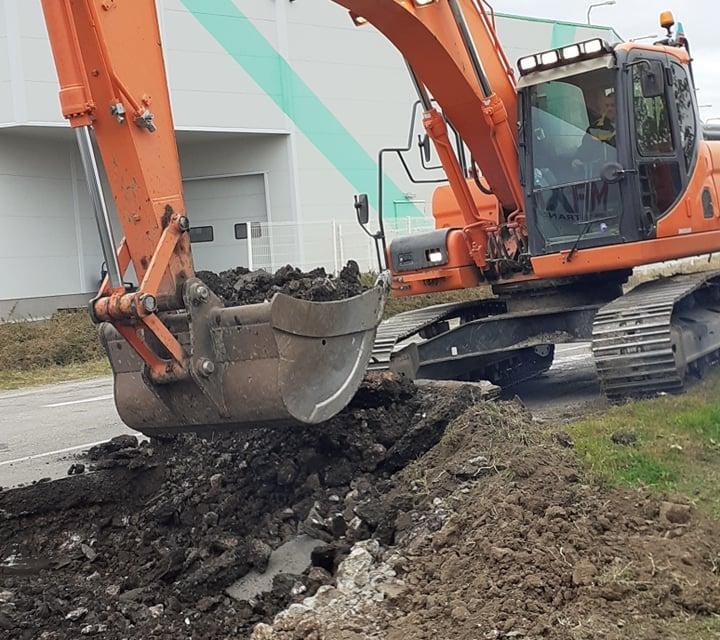 """Заради ремонта на околовръстен път """"Юг"""" шест многоетажни жилищни сгради останаха днес без вода, научи 999 от дежурния диспечер на """"ВиК""""-Ямбол. Строителните..."""