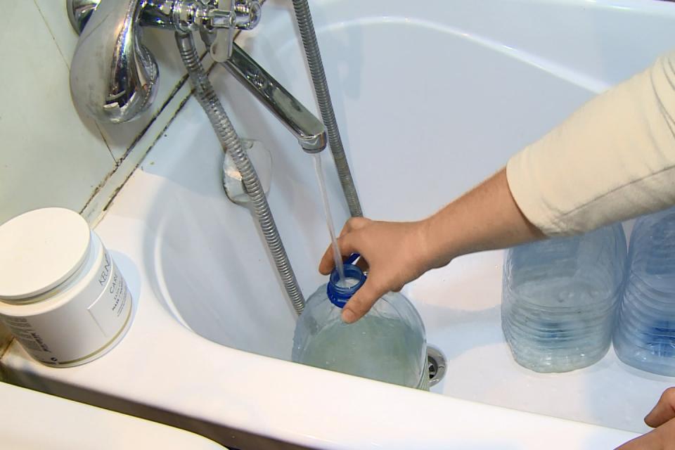 """Поради отстраняване на аварии е временно прекъснато водоснабдяването в Ямбол вж-к.""""Хале"""" до бл. 8 и наул.""""Анка Александрова"""". Без вода днес заради аварии..."""