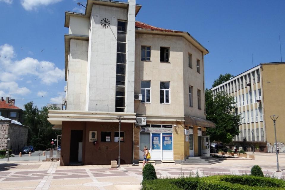 """60-годишен юбилей отбелязва и библиотека """"Г. С. Раковски"""" в Ямбол. На 1 ноември там ще гостуват деца от ДГ """"Червена шапчица"""", пред които библиотекарите..."""