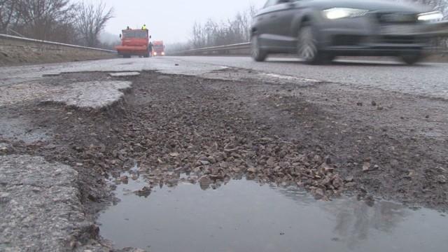 72 милиона лева са необходими за ремонти на пътища и проектиране на нови участъци на територията на Ямболска област през следващата година. Все още няма...