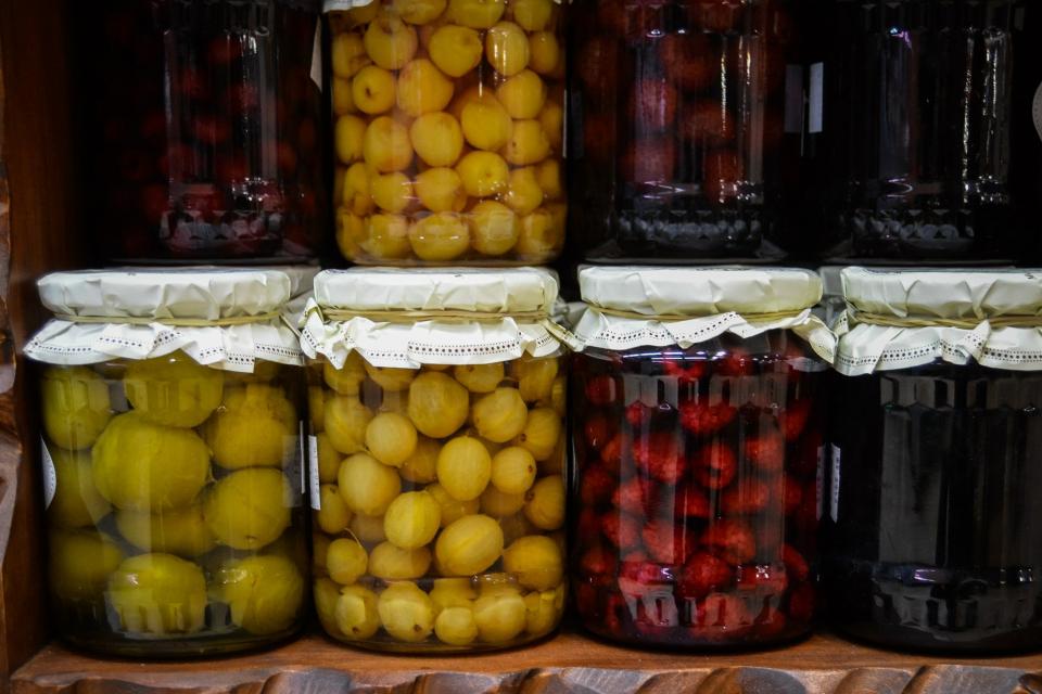 Половината от българите участват в отглеждането и приготвянето на домашни продукти. 83% посочват, че консумират домашно приготвени продукти, защото смятат,...