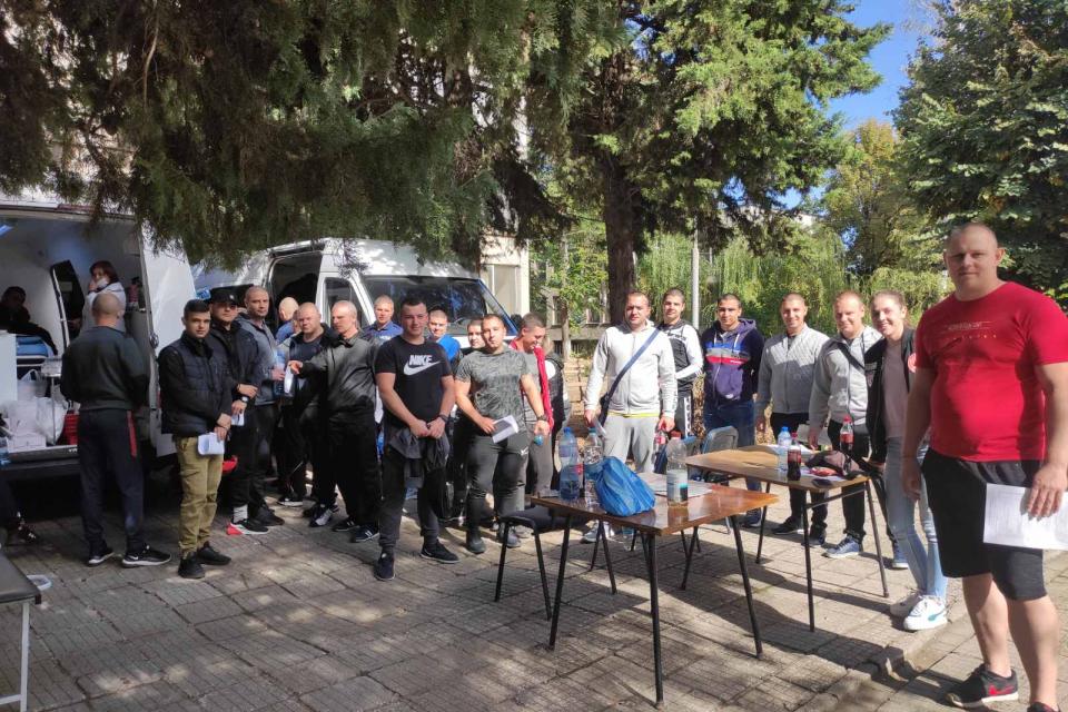 77 стажанти от полицейския център в Пазарджик при Академията на МВР дариха кръв в доброволна дарителска акция. Такива се провеждат ежегодно и нескромно...