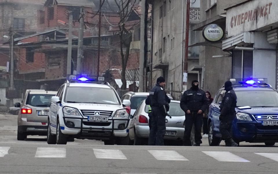 Съвместна акция на полицията и жандармерията се осъществява в момента в ромската махала в Благоевград. Акцията е свързана с респектиране на криминалния...