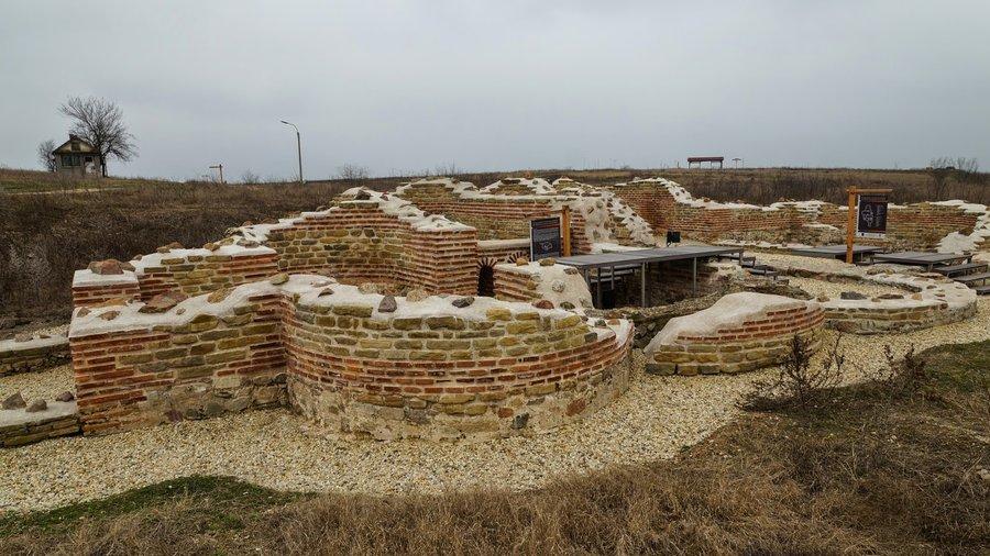 """Американският посланик Херо Мустафа е посетила вчера Националния археологически резерват """"Тракийски и античен град Кабиле"""" край Ямбол, съобщи за БТА директорът..."""