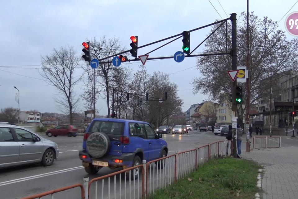 Светофарите на кръстовището при Ловния дом отново работят. Няколко дни тяхната липса създаваше известен дискомфорт на водачите и пешеходците. Потърсихме...