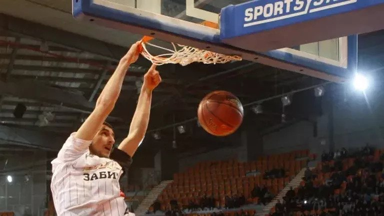 Баскетболистът на Ямбол Андрей Иванов води интензивна подготовка преди началото на летния лагер с мъжкия национален отбор на България, който ще започне...