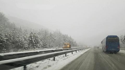 """Заради спешни ремонти в отделни участъци на магистралите """"Хемус"""" и """"Тракия"""" има ограничения на скоростта, съобщават от Агенция """"Пътна инфраструктура"""" (АПИ),..."""