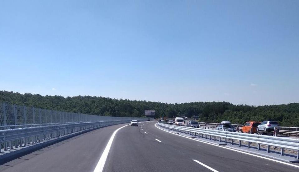 """До 18 ч днес шофьорите трябва да преминават с повишено внимание по някои от участъците от АМ """"Тракия"""", предупреди АПИ. - движението от км 2 до км 3 в..."""