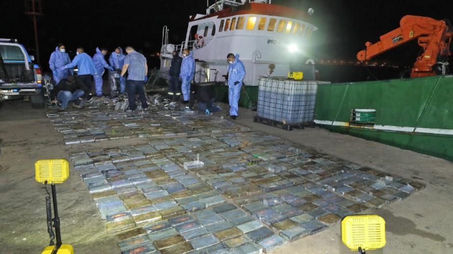Трима български моряци са арестувани край бреговете на Южна Африка за трафик на голямо количество кокаин. Това съобщиха от българското външно министерство,...
