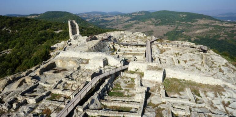 Археолозите на Перперикон ще отворят днес три запазени ранно християнски гробници, открити в южния квартал на скалния град, предават от БНР. Те се датират...