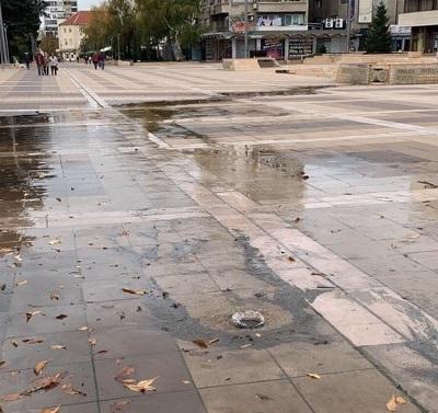 """Отстраняват теча пред община Ямбол. Аварията е на пресечката на ул """"Г.С.Раковски"""" и ул.""""Кабиле"""", съобщават от """"ВиК"""". Авария днес има и в ж-к.""""Възраждане""""..."""