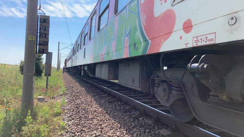 Влакът Бургас-София аварира малко след село Чинтулово, Сливенско, съобщава БНТ. Десетки пътници са блокирани в композицията и изчакват. Очаква се друг...