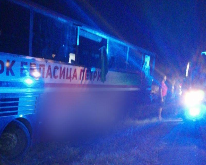 """Пътен инцидент с автобус на АМ """"Тракия"""" е станал тази вечер, съобщи Агенция """"Фокус"""". Автобусът е возил мъжкияотбор на ОФК """"Беласица"""". На водачът му..."""