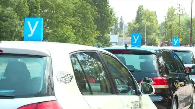 Автоинструктори от цялата страна излизат на протест в центъра на София. Причина за недоволството им е предложението за увеличаване на часовете по кормуване,...
