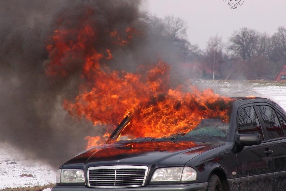 """На 06.11.2020 г. в 18:45 часа в Оперативния център при РДПБЗН – Ямбол е съобщено за пожар в лек автомобил Мерцедес Бенц """"S 63 AMG"""" с немска регистрация..."""