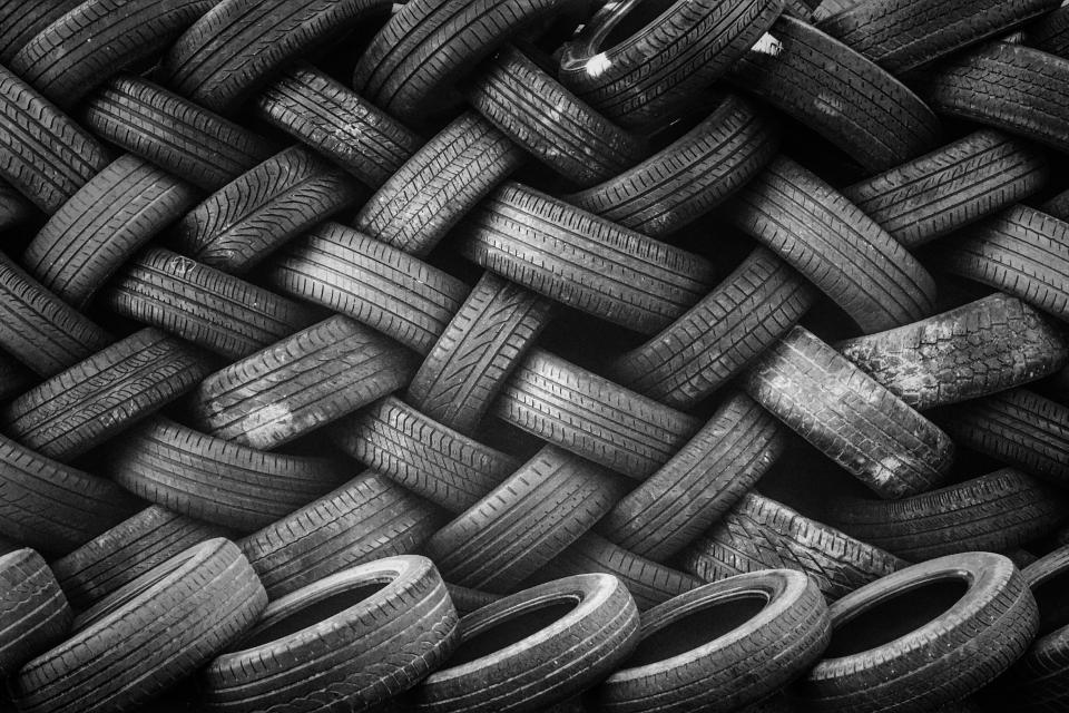 Търговци предлагат износени и дори надупчени гуми като здрави в интернет. За това са алармирали зрители на NOVA на прага на зимния сезон. Сигнали за гуми...