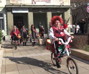 Баба Марта дойде в Ямбол с велосипед (видео)