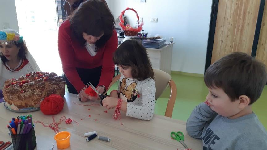 """Баба Марта зарадва днес децата от Детска градина """" Роза"""" в село Ж. Войвода - Сливен. Проведоха се спортни занимателни игри с децата. На участниците бяха..."""