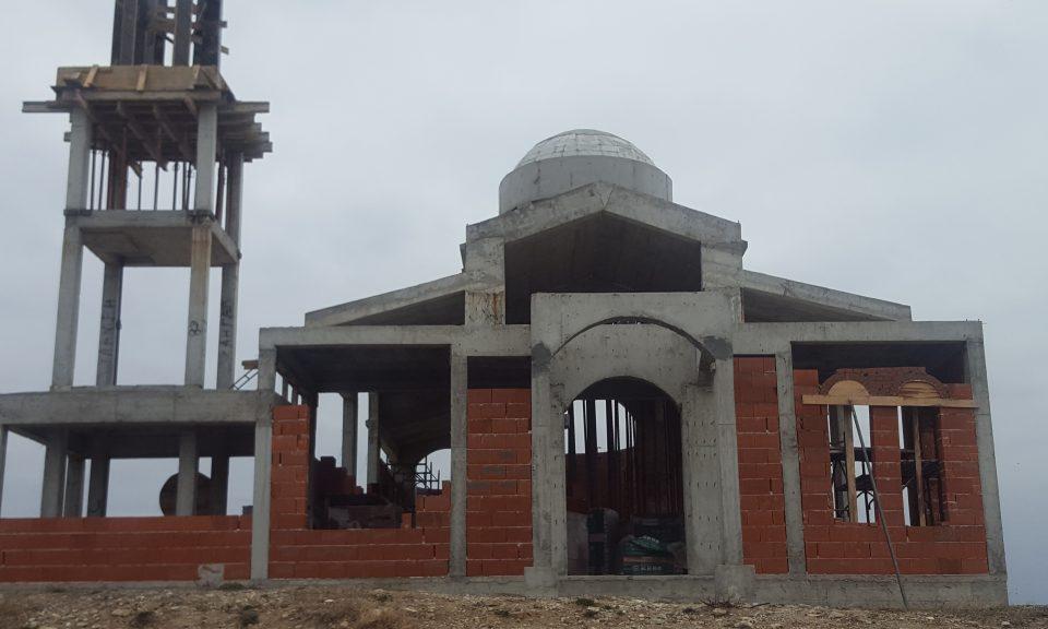 """Строящата се 12-та година църква """"Света Петка"""" напредва бавно и полека. В момента бъдещият храм се затваря, установи проверка на Sliveninfo. """"Миналата..."""