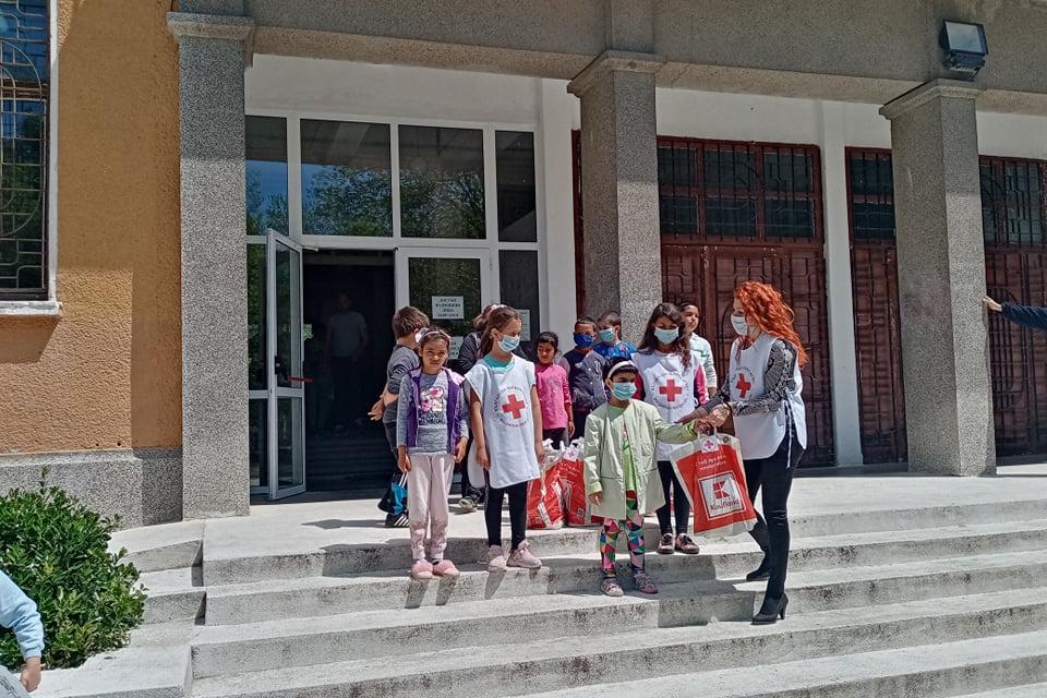 """Областната организация на БЧК-Ямбол съвместно с Партньорска мрежа за благотворителност на БЧК реализираха проект """"Топъл обяд"""" за 324 деца в риск от област..."""