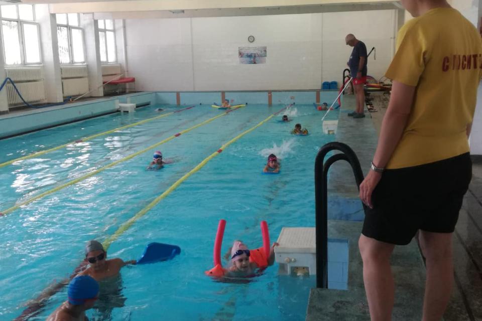 """На 05 юли 2021г. Ямболската червенокръстка организация успешно стартира ваканционната програма """"Лятно училище по плуване и превенция на водния травматизъм..."""