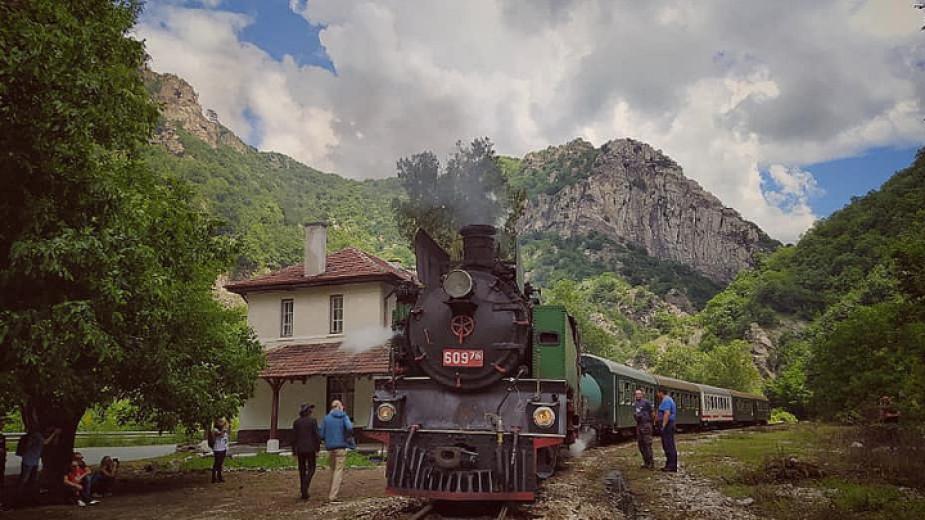 БДЖ организира пътуване с парен локомотив по теснолинейката днес и в понеделник - 6 септември, по повод Деня на Съединението на България. Композицията...
