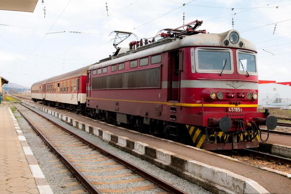 БДЖ пуска допълнителни вагони за празниците. Осигурени са над 28 000 допълнителни места. За тази цел са увеличени с допълнителни вагони съставите на някои...