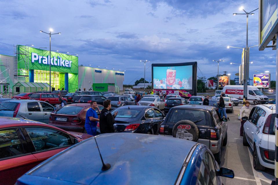 """При огромен интерес премина прожекцията на филма """"Бензин"""" в безплатното автокино на паркинга на """"Практикер"""" и """"Технополис"""" в Ямбол. Специален гост на прожекцията..."""
