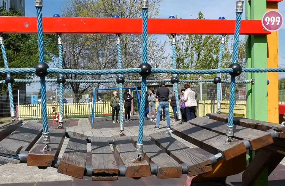 """Безпрецедентна ситуация в ямболския квартал """"Бенковски"""". Живеещи в блок 20 искат събаряне на детска площадка. Те са събрали близо 80 подписа и предлагат..."""